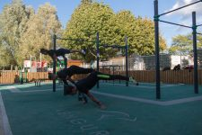 Un champion du monde inaugure le street work out