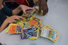 Ils s'échangent leurs cartes Pokémon