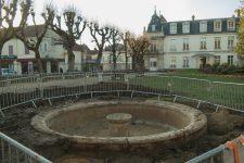 Découverte d'une fontaine enfouie dans le jardin de la mairie