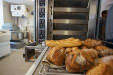 L'employée d'une boulangerie trop complimentée par son collègue, le père le roue de coups