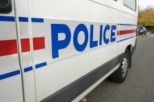 Deux hommes mettent le feu à une locomotive et volent des fumigènes
