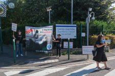 Des antipsychiatries manifestent devant l'hôpital Charcot
