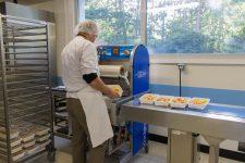 La cuisine centrale de Trappes alimente les écoles de Voisins-le-Bretonneux