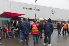 Les salariés de Kuehne + Nagel manifestent pour une augmentation de salaire