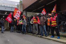 Des travailleurs sans papiers manifestent pour être régularisés