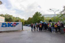 Les salariés de la finance de SKF manifestent contre la suppression de leurs postes