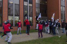 Les manifestants enseignants font un volley-ball contre le gouvernement